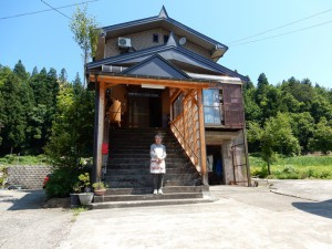 A夫人と魚沼の家(豪雪地帯で2階まで雪が積もる為、階段が必要)