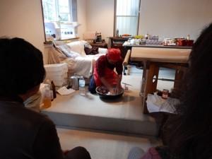 蕎麦をこねる(会津から運んだ水で捏ねる)
