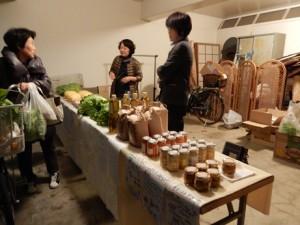 ガレージで西会津の野菜の販売